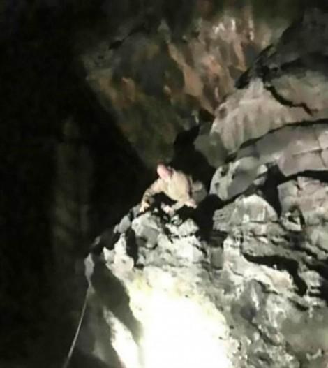 Giải cứu thành công du khách Anh mắc kẹt trên gờ đá Vịnh Hạ Long