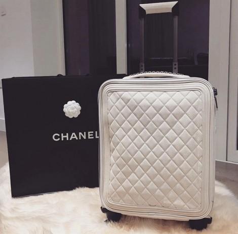 Ngọc Trinh khoe vali hàng hiệu mới sắm vì muốn chiếc cũ 'có chị có em'