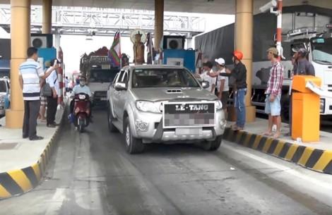 BOT Sóc Trăng: Đoàn xe tang phải xin để qua trạm