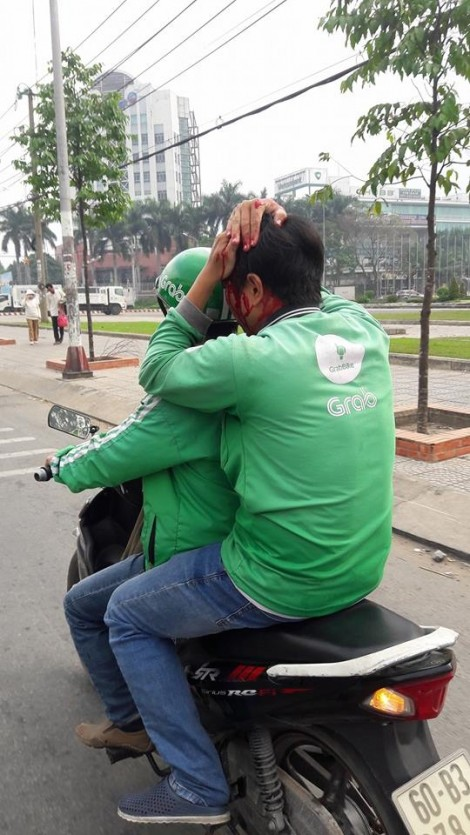Nhóm xe ôm truyền thống truy sát một lái xe Grabbike kinh hoàng giữa đường
