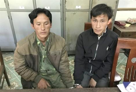 Ba cha con mang hung khí tấn công cảnh sát để giải cứu mẹ bị bắt