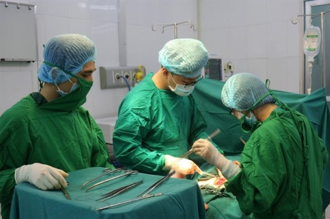 Không chịu mổ, một phụ nữ để mặc khối u phát triển đến khó thở