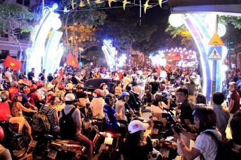 Biển người đổ về trung tâm Sài Gòn ăn mừng chiến thắng 'không thể tin nổi' của U23 Việt Nam