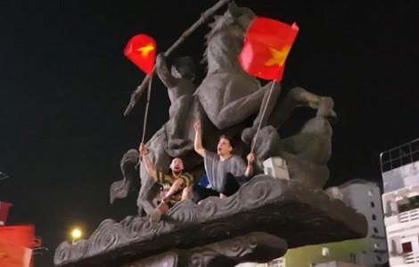 CĐV nước ngoài ăn mừng chiến thắng của U23 Việt Nam cùng... Thánh Gióng