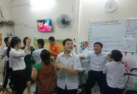 Học sinh khiếm thị cổ động hết mình cho trận đấu lịch sử của U23 Việt Nam