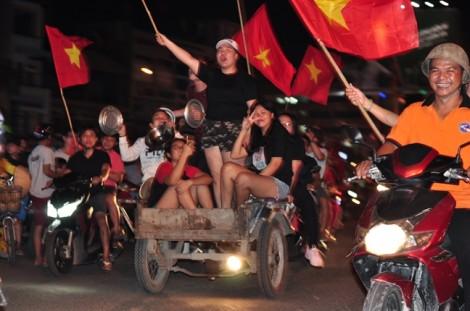 Hàng triệu người ra đường ăn mừng chiến thắng lịch sử của U23 Việt Nam trước U23 Qatar