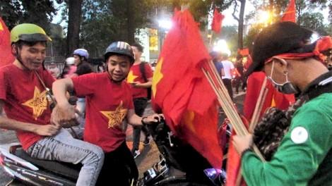 Dân bán cờ ở Sài Gòn 'trúng đậm' sau khi tuyển U23 Việt Nam vào chung kết