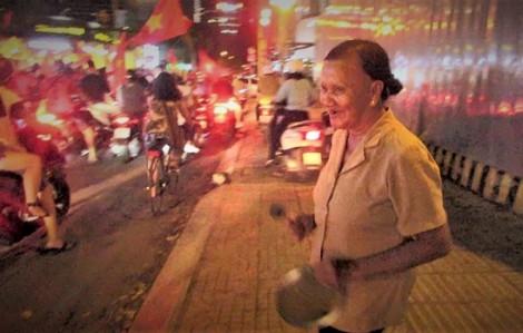'Bà ngoại' 75 tuổi bỏ bán xuống đường nhảy múa mừng đội tuyển U23 Việt Nam