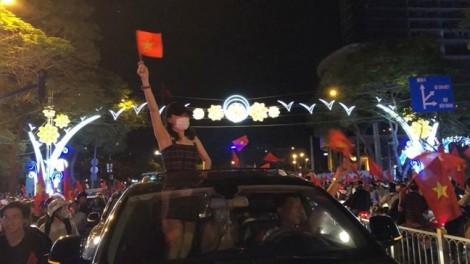 Mỹ Tâm, Đàm Vĩnh Hưng cũng xuống đường 'đi bão' ăn mừng chiến thắng của U23 Việt Nam