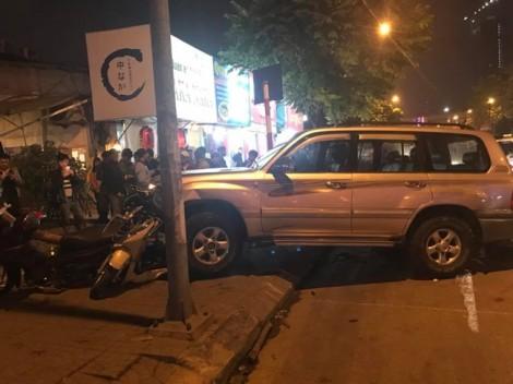 """Ô tô """"điên"""" gây tai nạn liên hoàn, 6 người nhập viện ở Hà Nội"""