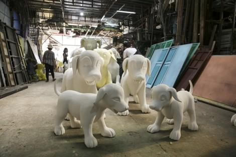 Những chú chó Phú Quốc chuẩn bị chạy trên đường hoa Nguyễn Huệ