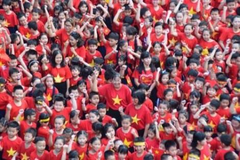 Hơn 1.000 học sinh TP.HCM xếp hình trái tim ủng hộ U23 Việt Nam