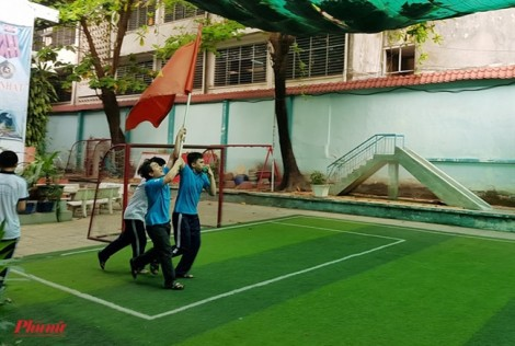 Học sinh khiếm thị tự chế kèn độc đáo thổi ì đùng cổ vũ U23 Việt Nam