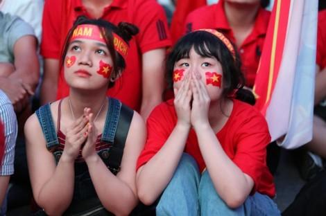Gạt nỗi buồn thua trận, người hâm mộ Sài Gòn vẫn xuống đường chúc mừng những người hùng U23 Việt Nam