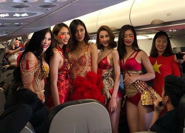 Trinh dien bikini phan cam tren chuyen bay cho U23 Viet Nam: Vietjet Air bi phat 40 trieu