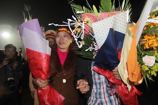 Cong Phuong cung dong doi bi mat roi san bay truoc vong vay cua hang van nguoi