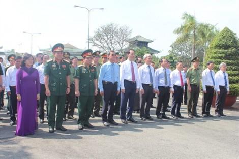 Chủ tịch nước dâng hương tại nghĩa trang liệt sĩ và tặng quà mẹ Việt Nam anh hùng tỉnh Đồng Nai