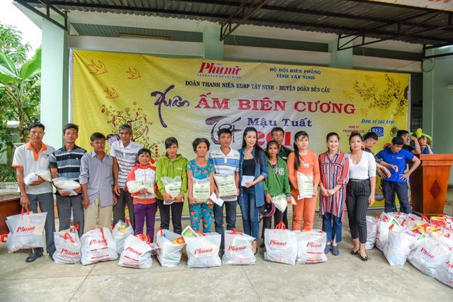 Trinh Kim Chi trao qua Tet cho 150 gia dinh kho khan o Tay Ninh