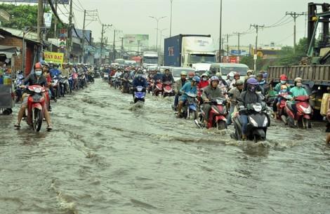 Hàng nghìn người Sài Gòn vượt 'biển nước' vào sáng sớm vì triều cường cao bất ngờ