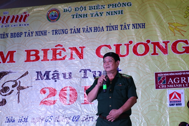 Bao Phu Nu mang qua tet len bien gioi