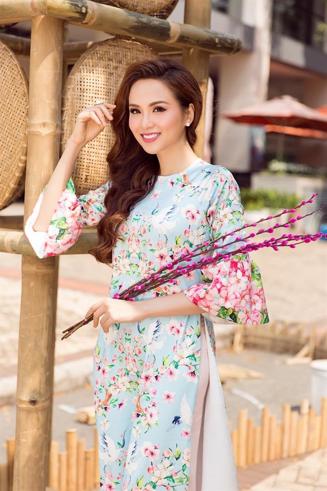 Ngot ngao xuong pho dau nam cung ao dai cach tan voi Hoa hau Diem Huong