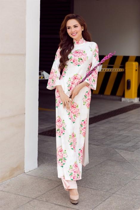 Ngọt ngào xuống phố đầu năm cùng áo dài cách tân với Hoa hậu Diễm Hương