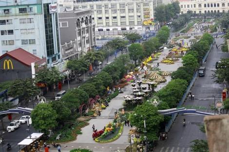 Công nhân gấp rút thi công đường hoa Nguyễn Huệ trước giờ khai mạc
