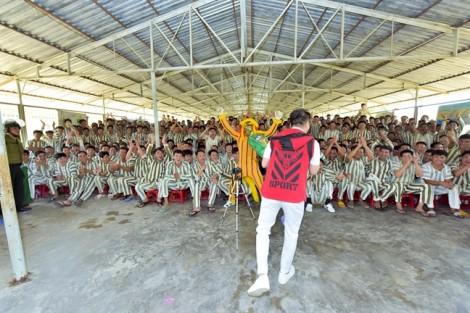 Đàm Vĩnh Hưng hát cho hàng trăm phạm nhân trong nhà tù nhân dịp xuân về