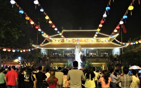 Sau giao thừa, người Sài Gòn đi chùa lễ Phật, cầu bình an năm mới