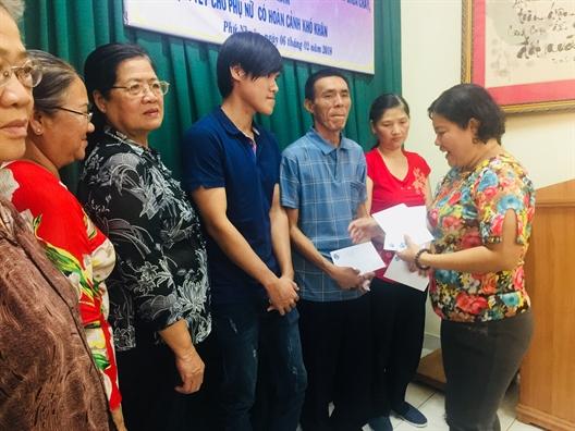 Q. Phu Nhuan trao 75 phan qua tet cho phu nu co hoan canh kho khan