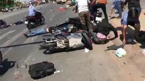 Ôtô khách lùa gần 10 xe máy, nhiều người nằm la liệt trên đại lộ Bình Dương