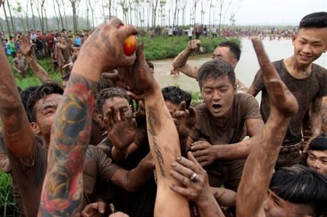 Hàng trăm thanh niên giẫm đạp cướp phết trong lễ hội Hiền Quan