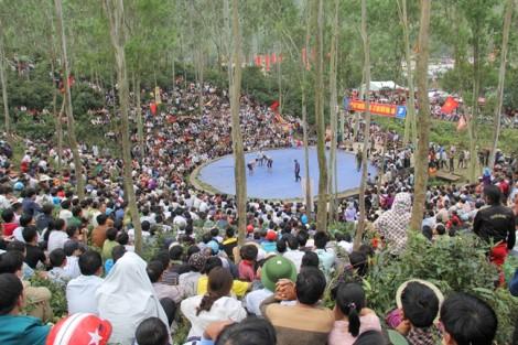 Hàng ngàn người chen chân xem trai làng đấu vật ở hội đền vua Mai