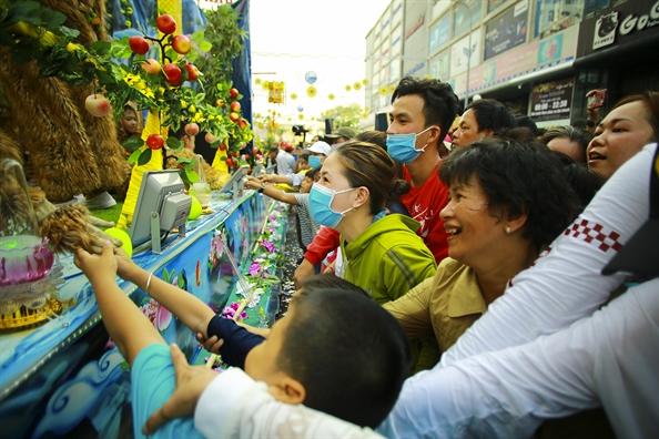Le ruoc Ba Thien Hau day sac mau tren duong pho Thu Dau Mot
