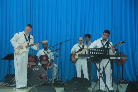 Thủy thủ tàu sân bay Mỹ thăm các em nhỏ tại làng trẻ em SOS Đà Nẵng