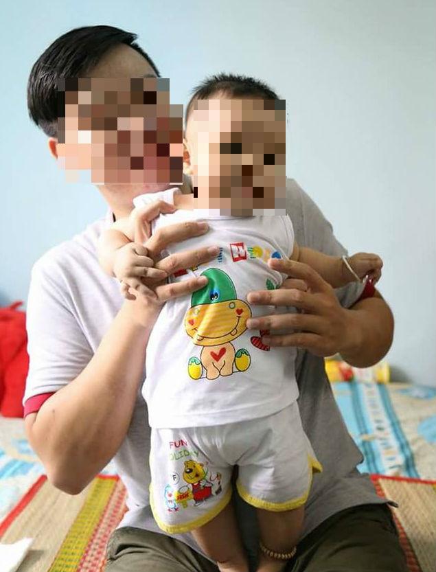 Vo phat dien, mang con di xet nghiem vi chong cu hoi con trai 2 tuoi 'may con ai?'