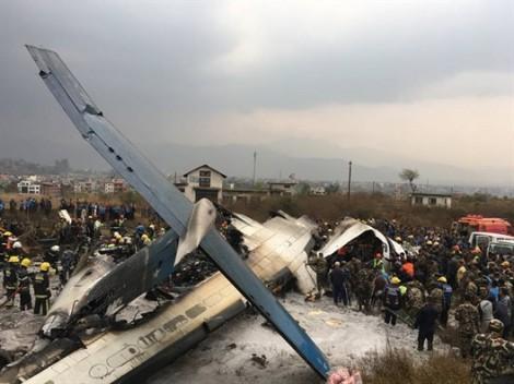 Máy bay Bangladesh vỡ vụn và cháy đen khi rơi xuống sân bay Nepal
