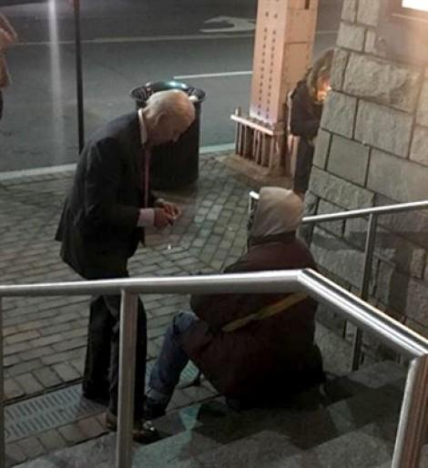 Ảnh cựu Phó Tổng thống Mỹ Biden nói chuyện với người vô gia cư gây 'bão mạng'