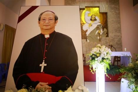 Hàng ngàn giáo dân đón linh cữu Tổng Giám mục Phaolo Bùi Văn Đọc