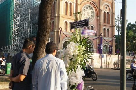 Nhà thờ Đức Bà chật kín người trong thánh lễ của Tổng giám mục Bùi Văn Đọc