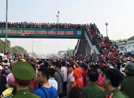 Hàng nghìn công nhân tràn kín quốc lộ phản đối mức lương mới