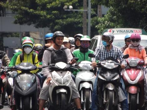 Sài Gòn nóng 40 độ, phụ nữ ra đường quấn kín như đi giữa mùa đông