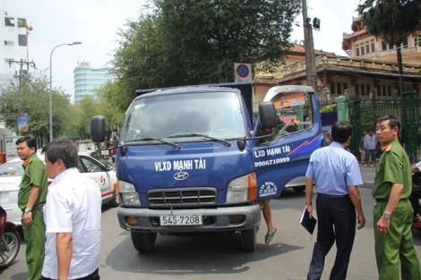Phó Chủ tịch quận 1 Đoàn Ngọc Hải chạy bộ đuổi bắt xe tải đi ngược chiều ở trung tâm Sài Gòn