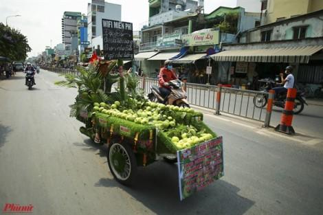 Xe bán trái cây phát wifi, nhạc bolero độc nhất ở Sài Gòn