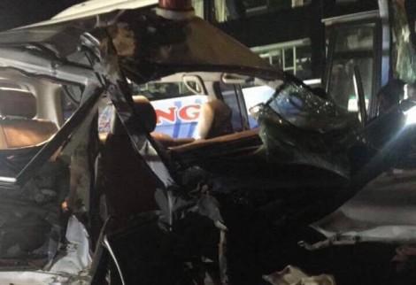 Khoảnh khắc hãi hùng khi xe cứu thương chở cả gia đình gặp nạn khiến 3 người tử vong