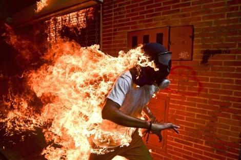 World Press Photo 2018: 'Người bốc cháy' đạt giải ảnh báo chí của năm