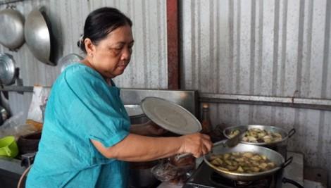 Cư dân Carina nhận bữa cơm vô giá từ người mẹ mất con cháu trong vụ cháy kinh hoàng