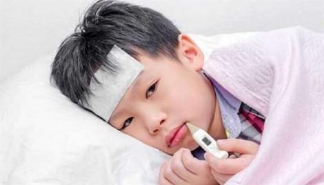 Bé sốt kéo dài không rõ nguyên nhân có phải viêm não?
