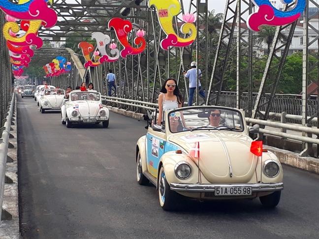 Dan xe co dieu hanh chao mung Festival Hue 2018