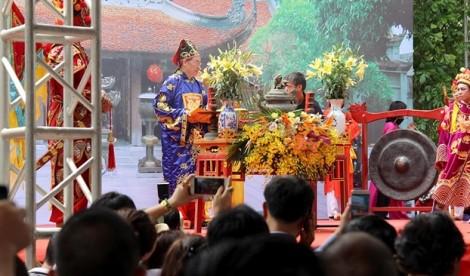Hàng vạn du khách nô nức trẩy hội đền Đô